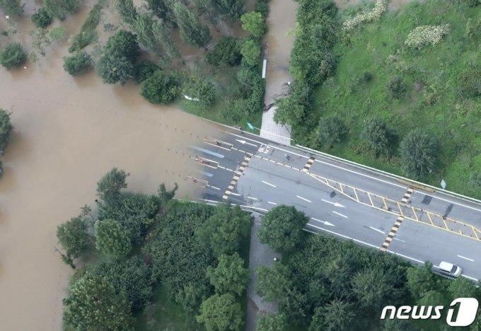 연이은 폭우로 한강 수위가 상승한 6일 서울 영등포구 63아트에서 바라본 올림픽대로에 차량들이 통제되고 있다. /사진=뉴스1