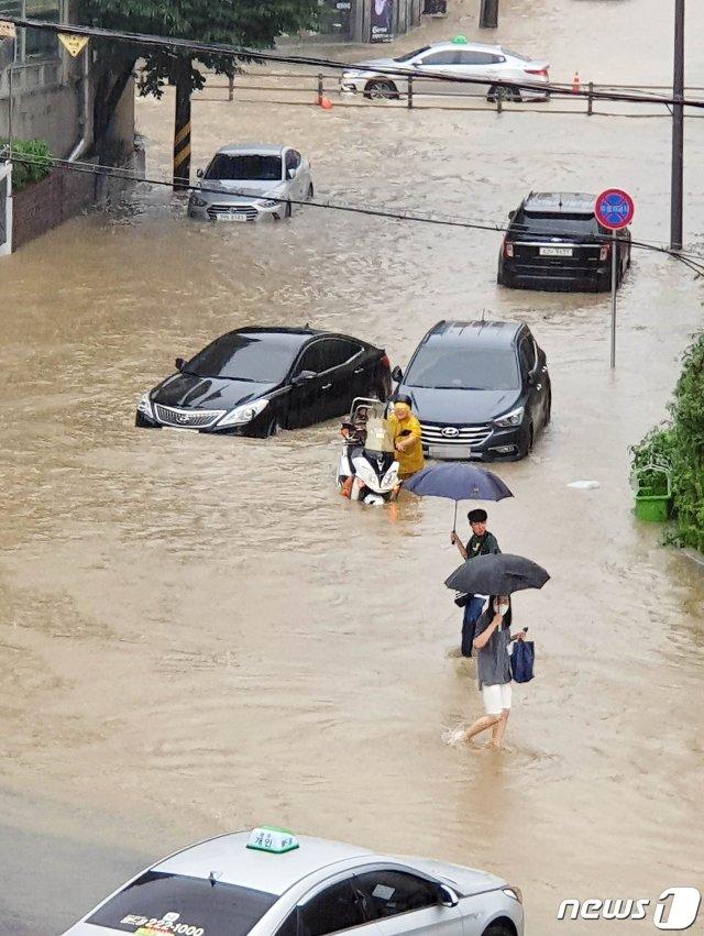 (광주=뉴스1) 허단비 기자 = 호우 경보가 내린 8일 오후 광주 북구 한 도로가 침수돼 차량들이 저속 주행하고 있다.(광주북구 제공) 2020.8.8/뉴스1