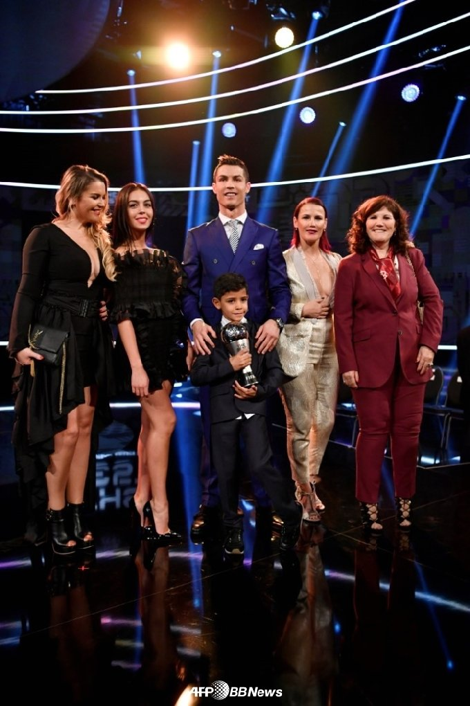 호날두와 누나 엘마(오른쪽에서 두 번째) 및 그의 가족들. /AFPBBNews=뉴스1