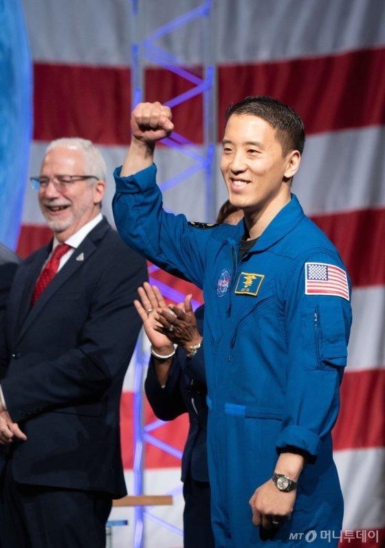 첫 한국계 미국인 우주비행사 조니 김(Jonny Kim)의 트위터 계정에 올라온 나사(NASA) 수료식 현장에서의 모습. /사진=조니 김 트위터