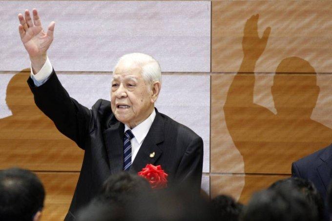 [도쿄=AP/뉴시스] 지난달 타계한 리덩후이(李登輝) 전 대만 총통의 생전 모습. 사진은 리 전 총통이 지난 2015년 7월22일 일본 도쿄 소재 참의원 의원회관에서 연설을 마친 후 손을 흔들고 있는 모습. 2020.07.29