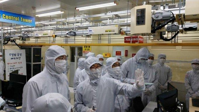 이재용 삼성전자 부회장(맨왼쪽)이 지난 7월30일 삼성전자 온양 반도체 사업장을 찾아 생산라인을 살펴보고 있다. /사진제공=삼성전자