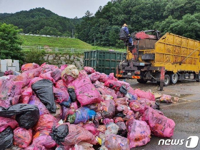10일 제천시자원관리센터에 쌓여 있던 생활쓰레기가 원주시 생활쓰레기폐기물매립장으로 가기 위해 운반차량에 실리고 있다.(제천시 제공)© 뉴스1