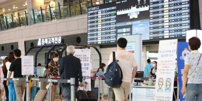 지난달 27일 오전 서울 강서구 김포공항 국내선 청사에서 코로나19로 해외 대신 국내여행을 떠나는 여행객들이 탑승장으로 가기 위해 줄을 서고 있다. /사진=뉴시스
