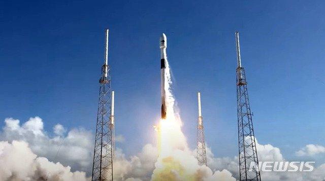 [서울=뉴시스] 박미소 기자 = 우리 군의 독자 통신위성 아나시스(ANASIS) 2호를 실은 팰컨9 로켓이 7월20일 오후(미국 현지시간) 미국 플로리다주 케이프커내버럴 공군기지에서 발사되고 있다. (사진=스페이스X 유튜브 캡쳐) 2020.07.21.    photo@newsis.com