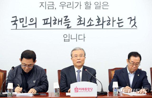 김종인 미래통합당 비상대책위원장(가운데)이 10일 서울 여의도 국회에서 열린 비상대책위원회의에서 발언하고 있다. /사진=뉴시스.