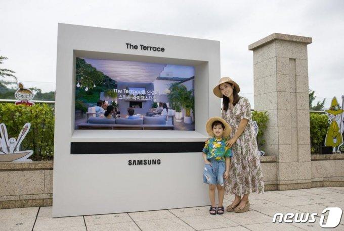 삼성전자는 아웃도어용 라이프스타일 TV '더 테라스(The Terrace)'를 국내 처음으로 서울신라호텔 야외 수영장인 '어번 아일랜드' 키즈풀에 설치했다고 지난달 30일 밝혔다. /사진제공=삼성전자