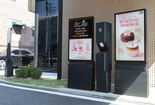 국내 한 스타벅스에 설치된 삼성전자 디지털 사이니지. /사진제공=삼성전자
