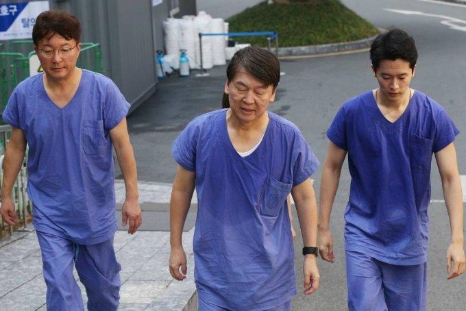 안철수 국민의당 대표(가운데)가 지난 3월 대구 계명대 동산병원을 찾아 코로나19(COVID-19) 의료봉사를 벌였다. / 사진=뉴시스(경북일보 제공)
