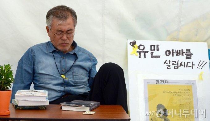 2014년 8월 24일 문재인 당시 새정치민주연합 의원이 6일째 단식 농성을 이어가는 모습./사진제공=뉴스1