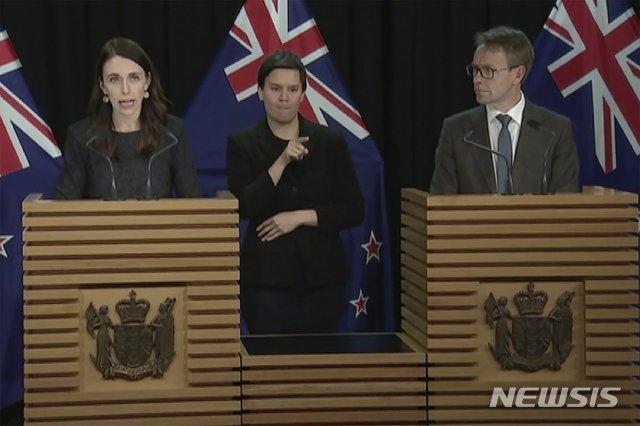 [AP/뉴시스] 11일 비디오 영상으로 뉴질랜드의 저신다 아던 총리(총리)가 보건 총국장과 함게 기자회견에 나서 출처불명의 국내감염 발생을 발표하고 있다  2020. 8. 11.