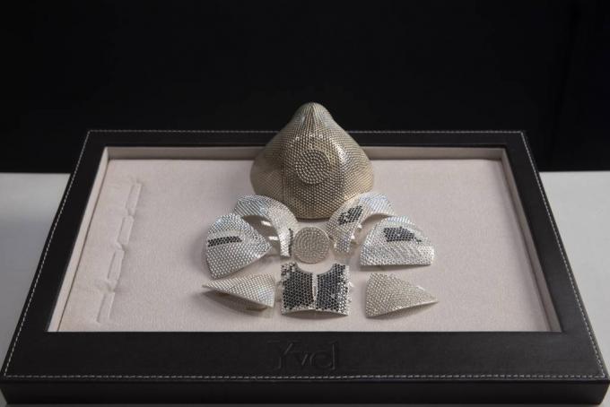 [ 모트자=AP/뉴시스]이스라엘 예루살렘 인근 모트자에 있는 보석회사 이벨에 전시돼있는 다이아몬드 마스크의 모델과 부속품들. 150만달러짜리 이 마스크를 미국에 거주하는 중국 사업가가 주문했다고 회사 측은 밝혔다. 2020.08.10