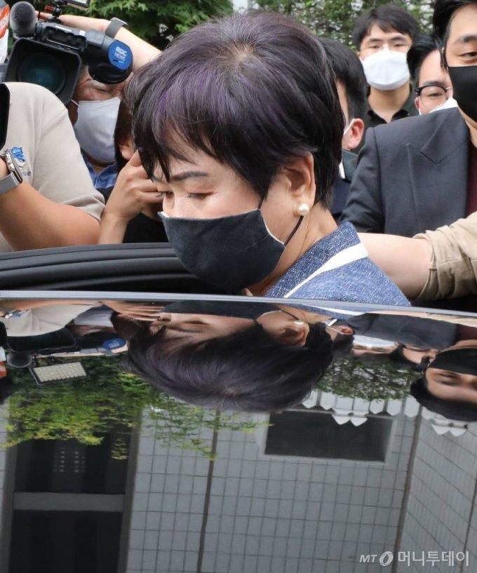 목포시 부동산 투기 혐의 등으로 기소된 손혜원 전 국회의원이 12일 오후 서울 양천구 남부지방법원에서 열린 1심 공판에서 징역 1년6개월을 선고 받고 법원을 빠져나오고 있다./사진=뉴시스