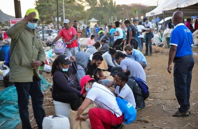 모리셔스의 국민들이 기름띠 제거 작업에 동참하고 있다. /사진=로이터