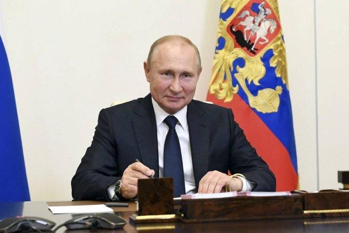 블라디미르 푸틴 러시아 대통령이 1일(현지시간) 러시아 모스크바 외곽의 노보 오가르요보 집무실에서 중앙선거관리위원회 위원장 등과 화상 회의 중 미소짓고 있다. 푸틴 대통령은 신종 코로나바이러스 감염증(코로나19) 등으로 연기됐던 헌법 개정 국민투표를 오는 7월 1일 실시한다고 밝혔다. 2020.06.02./사진=[모스크바=AP/뉴시스]