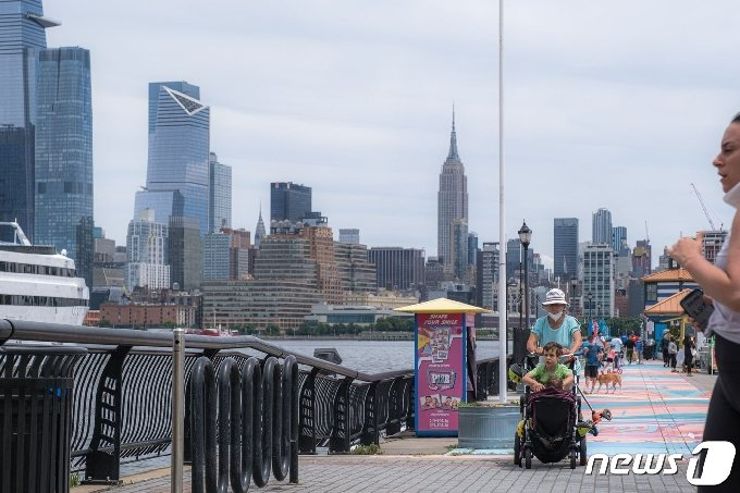 뉴욕 맨해튼이 바라보이는 뉴저지주의 허드슨강변