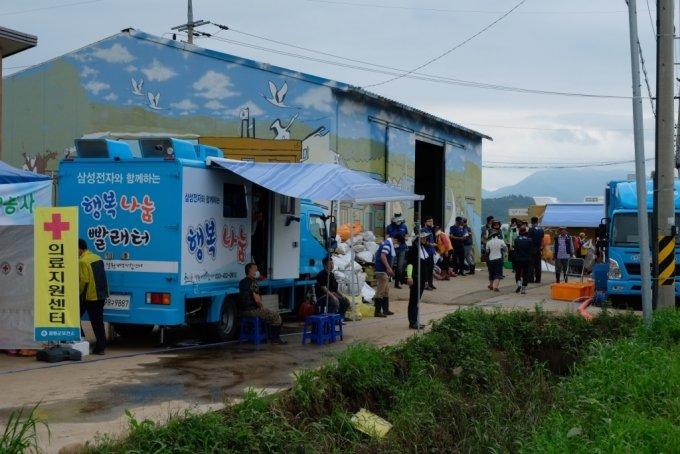 13일 오전 강원도 철원군 동송읍 이길리 마을회관 앞 삼성전자의 '온정나눔 세탁소' 모습. /사진=박소연 기자