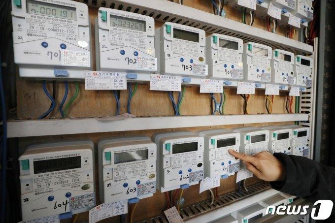 (서울=뉴스1) 민경석 기자 =  서울의 한 다세대주택에서 관리인이 전기 계량기를 살펴보고 있다. 2019.12.31/뉴스1