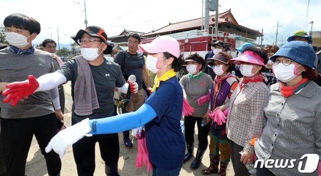 주호영 미래통합당 원내대표(왼쪽 두번째)가 13일 전북 남원시 금지면 집중호우 피해지역인 용전마을을 찾아 관계자들과 대화를 나누고 있다./사진=뉴스1