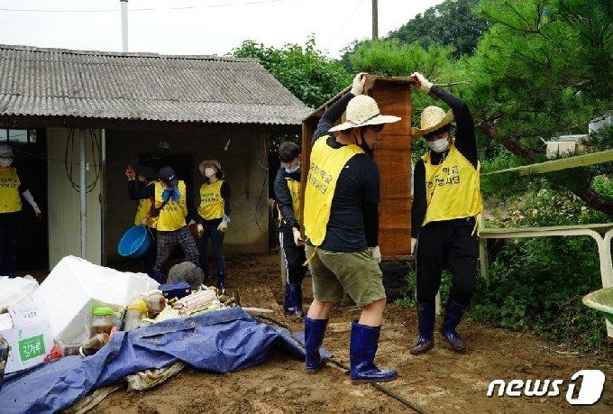 13일 건국대학교 글로컬캠퍼스 학생들이 충북 충주시 엄정면의 한 주택에서 비에 젖은 가재도구를 정리하고 있다.(글로컬캠퍼스 제공)2020.8.13/© 뉴스1
