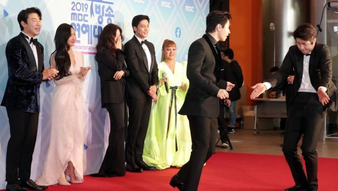 웹툰작가 기안84(오른쪽 첫번째)가 29일 오후 서울 마포구 상암동 MBC사옥에서 열린 '2019 MBC 방송연예대상 시상식' 포토월에서 댄스를 선보이고 있다. / 사진=김창현 기자 chmt@