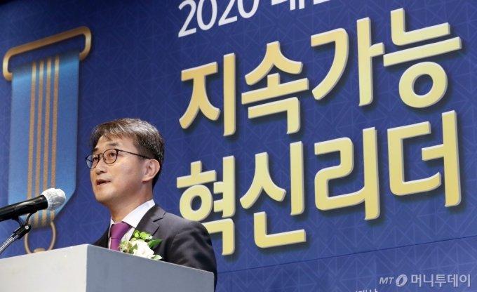 [사진]'2020 대한민국 지속가능 혁신리더 대상' 인사말하는 김준형 전무