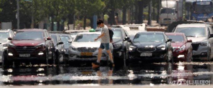 서울 낮 최고기온이 35도까지 오르며 폭염주의보가 내려진 지난 6월22일 오후 서울 영등포구 여의대로에 아지랑이가 피어오르고 있다. / 사진=김휘선 기자 hwijpg@