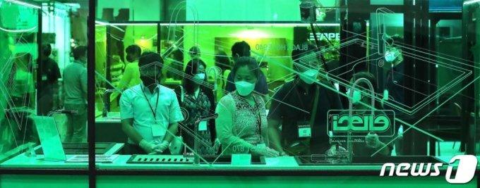 (서울=뉴스1) 임세영 기자 = 2일 서울 강남구 삼성동 코엑스에서 열린 2020 건축박람회 '코리아빌드'에서 관람객들이 주방용품을 살펴보고 있다. 2020.7.2/뉴스1