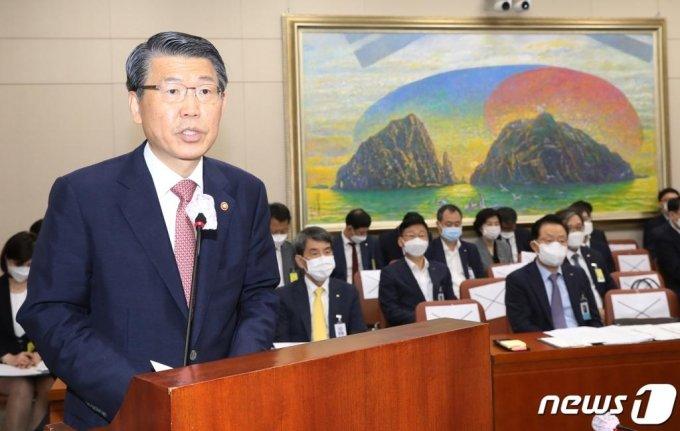 은성수 금융위원장이 7월29일 여의도 국회에서 열린 정무위 전체회의에 출석해 업무보고를 하고 있다. / 사진=뉴스1