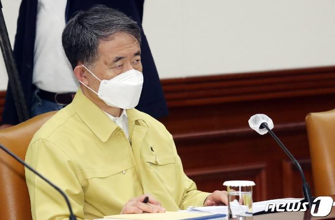 [사진] 정세균 총리 발언듣는 박능후 장관