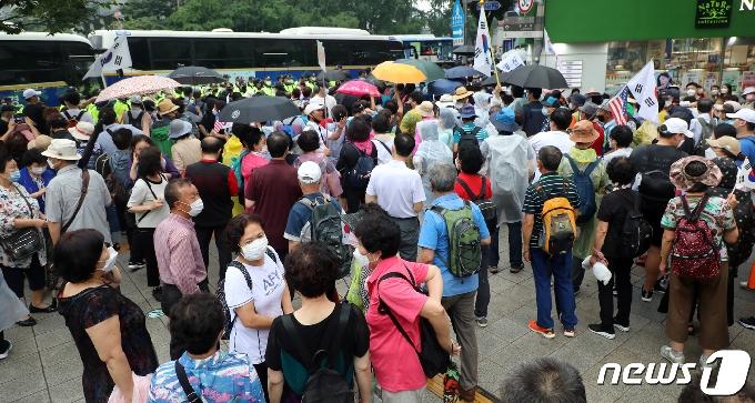 [사진] 수도권 사회적거리두기 2단계 격상, 보수단체 집회 강행