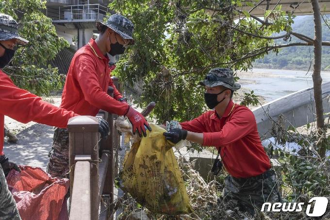 [사진] 침수 복구 현장에 출동한 해병대