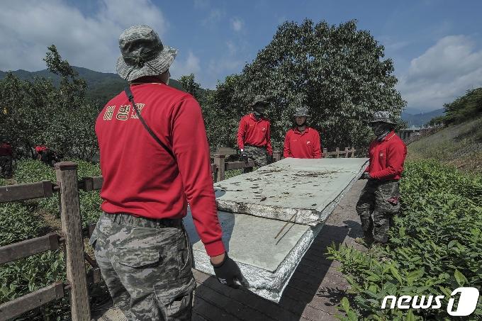 [사진] 복구작전에 휴일 반납한 해병대