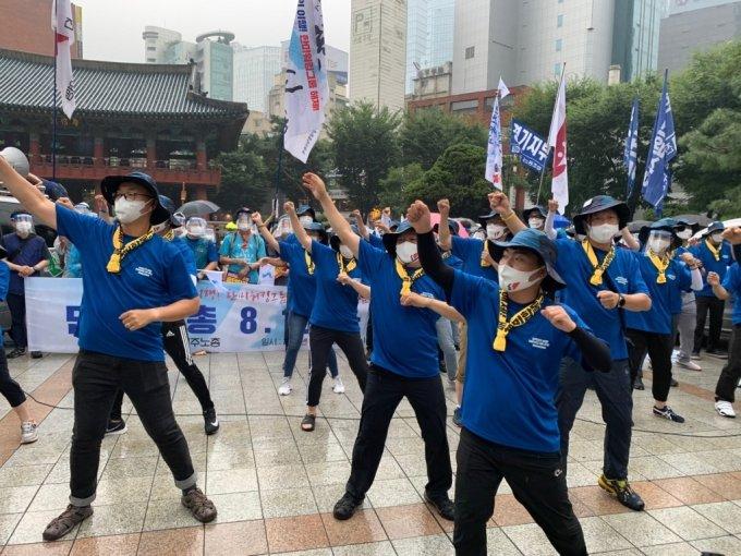 15일 오후 3시쯤 서울 종로구 보신각 앞에서 진행된 '8·15 노동자대회' 기자회견에서 민주노총 관계자들이 퍼포먼스를 하고 있다./사진=이강준 기자
