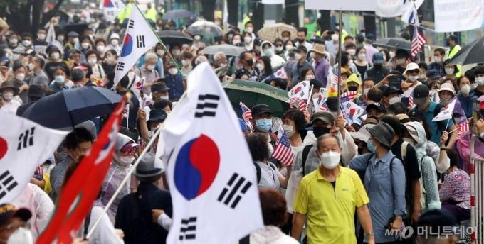 광화문 집회 금지명령에도 12만명…경찰, 주최자 수사 TF팀 구성