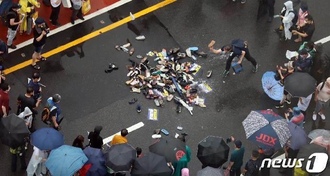 [사진] 대통령 이름에 던져지는 신발