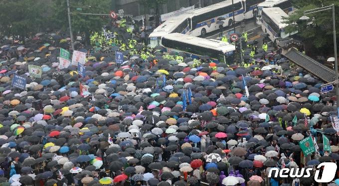 [사진] 보수단체, 청와대로 행진