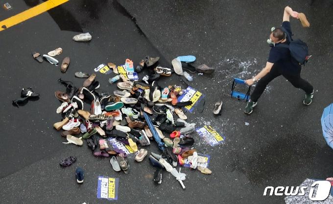 [사진] 대통령 이름에 신발던지며 분풀이하는 보수단체 회원