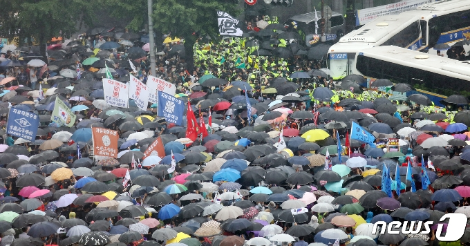 [사진] 보수단체 '우산쓰고 집회'