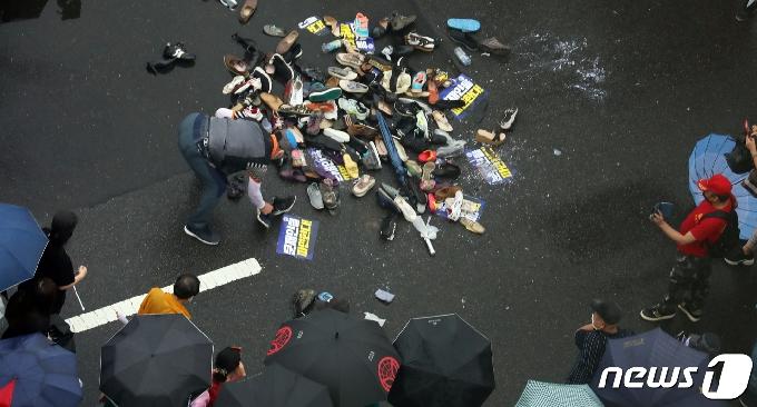 [사진] 문재인 대통령 이름에 던져진 신발