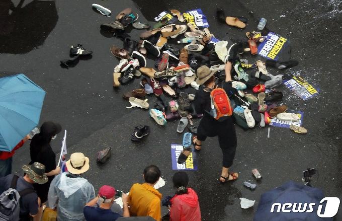 [사진] 文대통령 이름에 던져진 신발