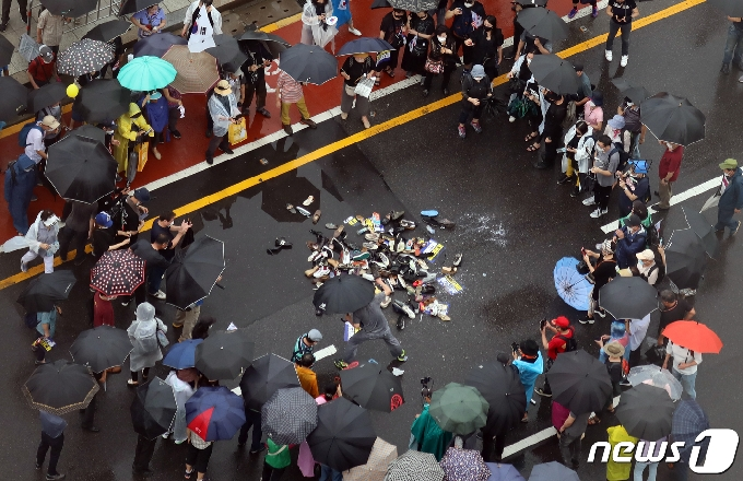 [사진] 대통령 이름에 신발던지는 보수단체 회원들