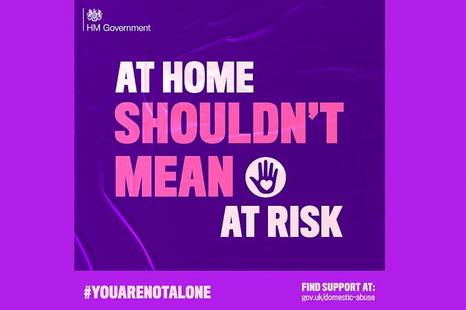 가정 폭력 피해자들에게 도움을 요청할 수 있는 창구를 알려주는 '혼자가 아니야' 캠페인 포스터. /사진=영국 정부 홈페이지