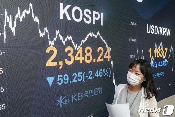 18일 오후 서울 영등포구 KB국민은행 여의도지점 스마트딜링룸에서 직원이 업무를 보고 있다.   /사진=뉴스1