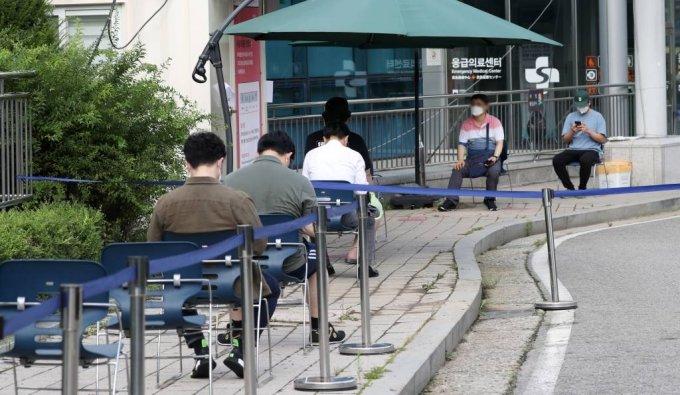 18일 서울 중랑구 서울의료원 선별진료소에서 시민들이 신종 코로나바이러스 감염증(코로나19) 검사를 받기 위해 대기하고 있다. /사진=뉴시스