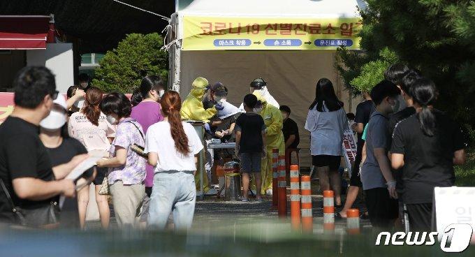 지난 13일 울산 북구보건소 선별진료소에서 시민들과 학생들이 신종 코로나바이러스 감염증(코로나19) 검사를 받고 있다./뉴스1 © News1
