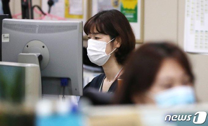 [사진] '경기도 마스크착용 의무화'...마스크 착용한 부천 공무원들