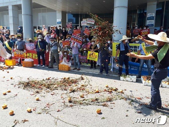 19일 오전 전북 진안 용담댐의 과다 방류로 피해를 본 4곳 지방자치단체 주민들이 전주 수자원공사 금강유역본부에서 집단 항의를 하고 있다. (독자 제공)© 뉴스1