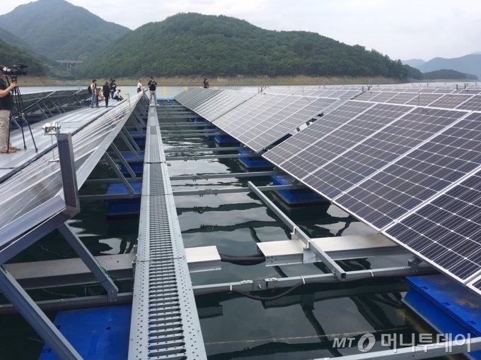 청풍호에 가동중인 수상태양광 발전설비. 인근 3인가구 기준 1300여가구가 사용할 수 있는 약 3MW 규모 전력을 생산한다. 태양광판 아래로 치어들이 서식하고 있었다. / 사진=우경희