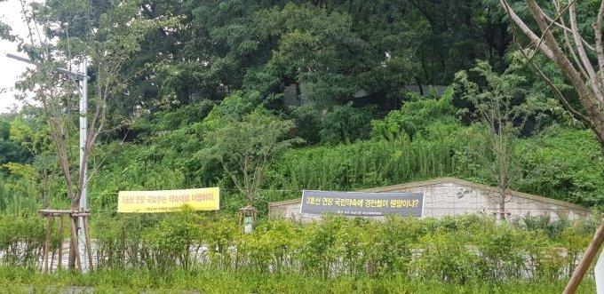 하남 감일지구 내 지하철 3호선 연장을 촉구하는 플래카드가 걸려 있다/사진=조한송 기자